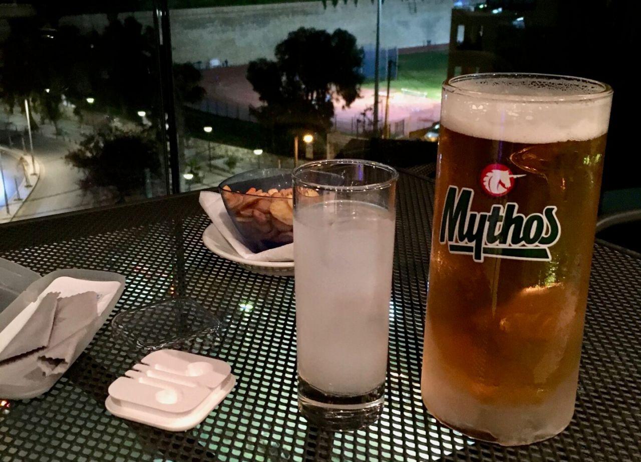 Mythos Bier, Ouzo und eine Schale Nüsse