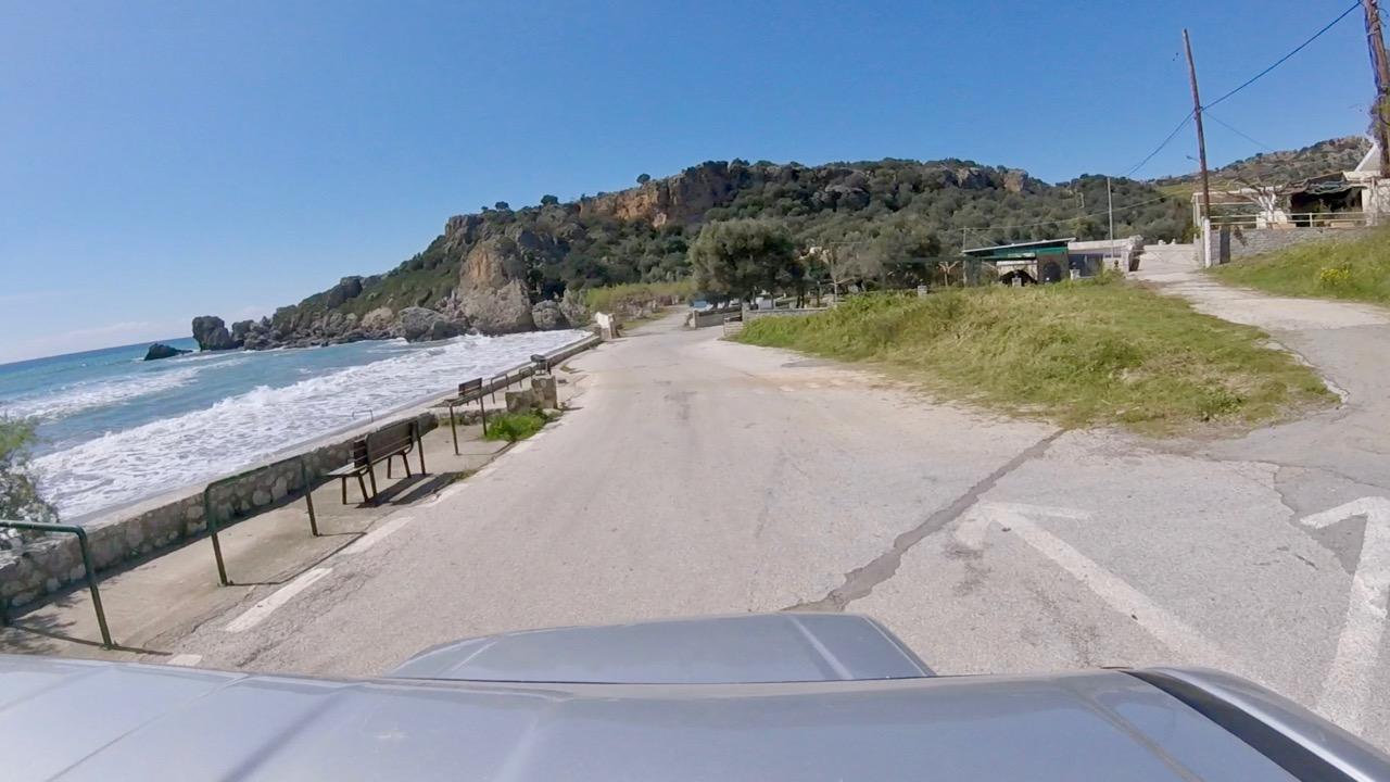 Die Straße am Strand bei Polyrizos