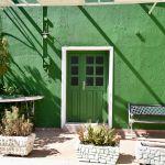 Grüne Fassade eines Hauses in Bali.