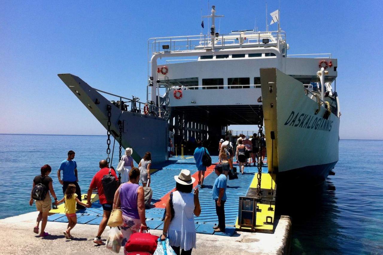 Die Fähre Daskalogiannis liegt im Hafen von Chora Sfakion