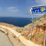 Schild weist den Weg zum Sweet Water Beach auf Kreta