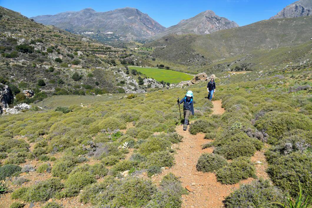 Wanderweg nach Preveli mit Blick über das kleine Plateau und auf die Berge