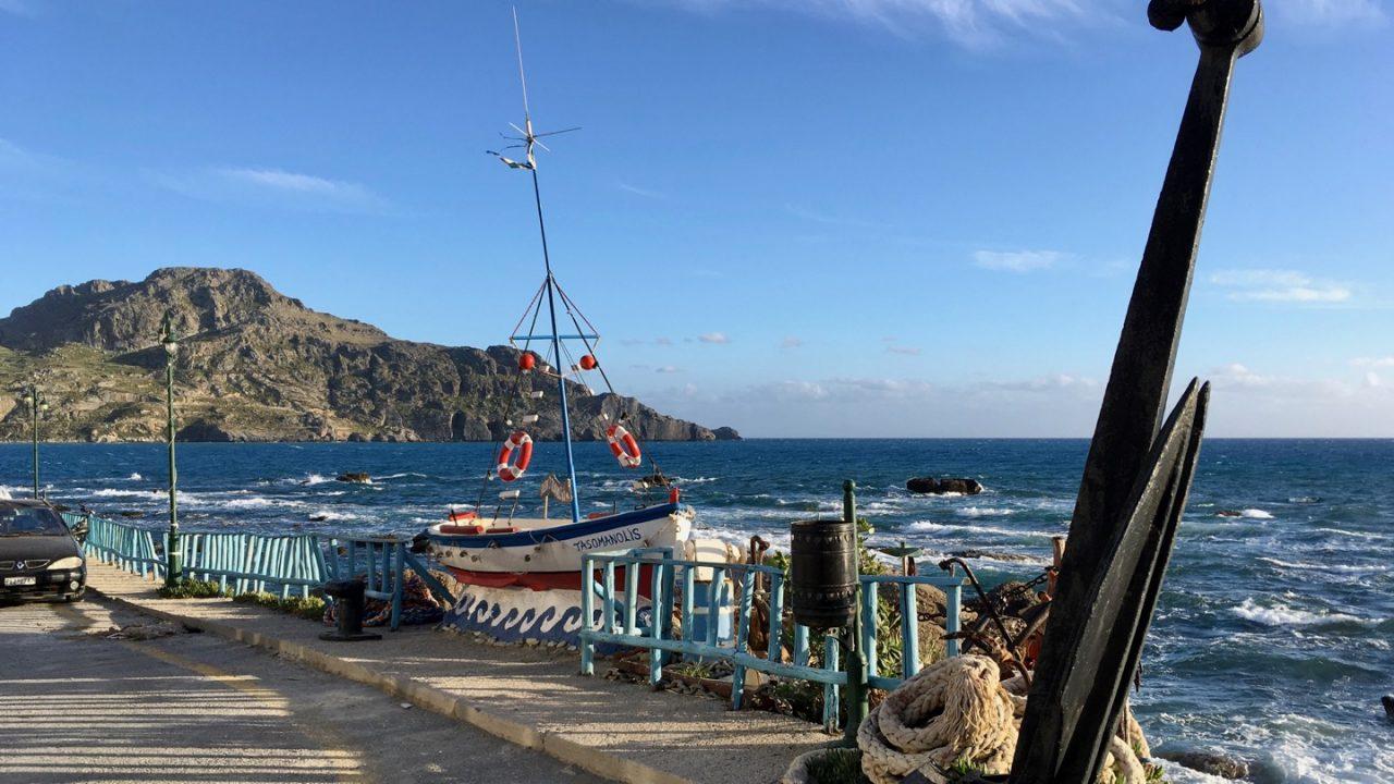 Fischerboot an der Uferstraße von Plakias