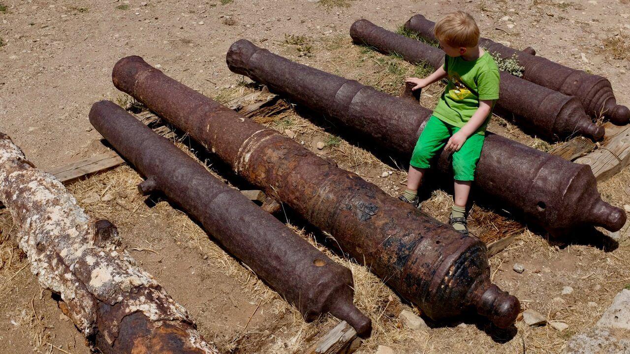 Alte Kanonen liegen in der Fortezza