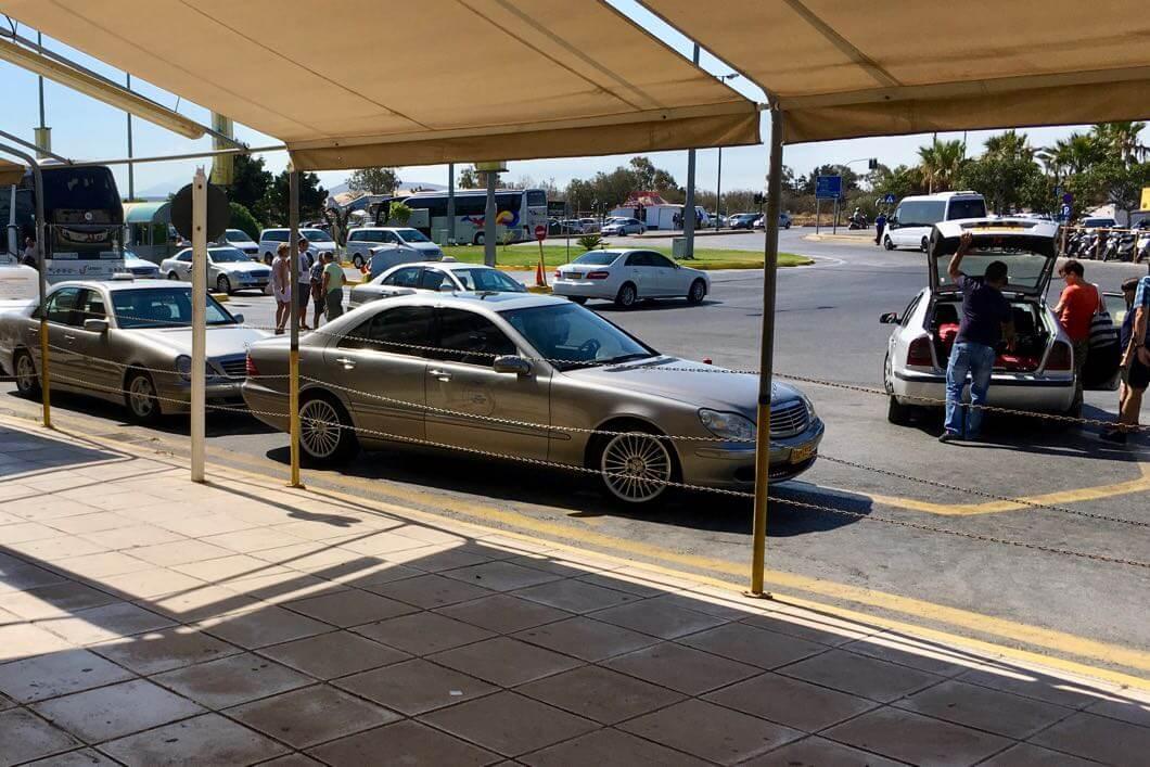Graue Taxis auf Kreta